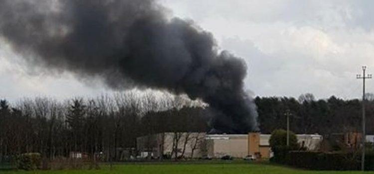 RIFIUTI, incendio doloso al deposito irregolare dell'ex tessitura di Oltrona San Mamette (CO)